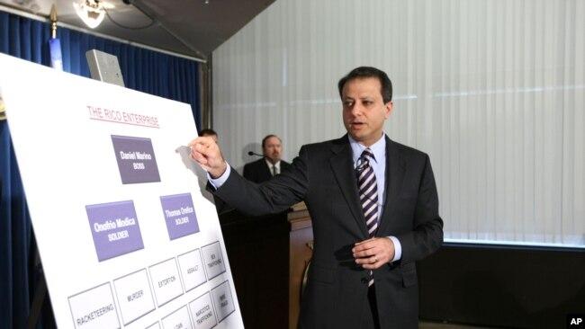 Tư liệu- Preet Bharara, Chưởng Lý quận miền Nam New York, vạch các tội ác của gia đình mafia Gambino tại một cuộc họp báo ở New York. Ảnh chụp ngày ngày 20/10/2010