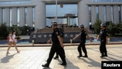 Cảnh sát Trung Quốc tuần tra trước tòa án xét xử các nghi phạm của vụ tấn công nhà ga Côn Minh. (Ảnh tư liệu).
