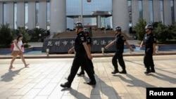 警察在昆明中级法院门前巡逻,当时该法院正在审理昆明恐怖袭击案(2014年9月12日)