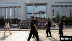Cảnh sát có mặt ở khắp nơi trong thành phố Côn Minh đặc biệt là ở các khu trung tâm mua sắm lớn hoặc ở các khu giao thông công cộng.