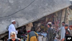 ເຈົ້າໜ້າທີ່ຮັກສາຄວາມສະຫງົບປາກິສຖານ ກວດກາເບິ່ງບ່ອນທີ່ມີການ ໂຈມຕີສະຫຼະຊີ ທີ່ເມືອງ Khar ໃນເຂດຊົນເຜົ່າ Bajaur (4 ພຶດສະພາ 2012)