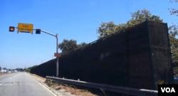 从高速公路观看隔音墙(美国之音国符拍摄)