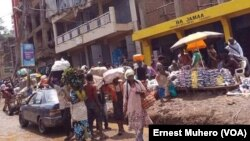 Les vendeuses ambulantes à Bukavu, Sud-Kivu, RDC, 24 février 2017. (VOA/Ernest Muhero)