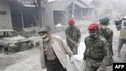 Spasioci nose telo jedne od žrtava najnovije erupcije kroz ulice prekrivene vulkanskim pepelom