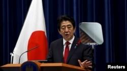 日本首相安倍在东京的记者会上(2015年10月6日)