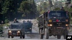 资料照:行驶在中印边界附近公路上的印度军车队。(2020年9月9日)