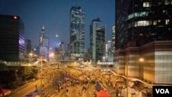 香港政府總部週圍聚集的人數已經明顯減少(美國之音方正 拍攝)