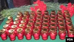 Один из столов с поминальными свечами