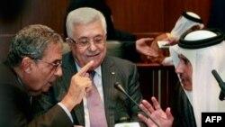 Слева направо: генеральный секретарь Лиги арабских государств Амр Мусса, глава Палестинской администрации Махмуд Аббас и министр иностранных дел Катара Шейк Хамад Бин Джассем.