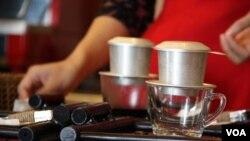 Vijetnamski nacin pripremanja kave (D. Schearf/VOA)