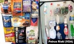 Beberapa contoh sampah plastik kemasan produk dari luar negeri yang diambil dari sejumlah tempat pembuangan sampah plastik di Jawa Timur. (Foto: Petrus Riski/VOA)