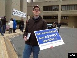 投票站外反对同性婚姻的人士(美国之音杨晨拍摄)