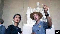 미국을 방문한 아웅산수치 미얀마 국가자문역 겸 외무장관(왼쪽)이 14일 워싱턴 링컨 기념관에서 국립공원 직원의 안내를 받고 있다.