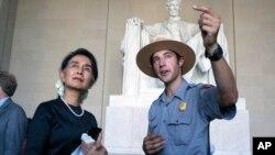 Bà Aung San Suu Kyi tham quan Đài tưởng niệm Lincoln ở thủ đô Washington, Hoa Kỳ, ngày 14/9/2016.