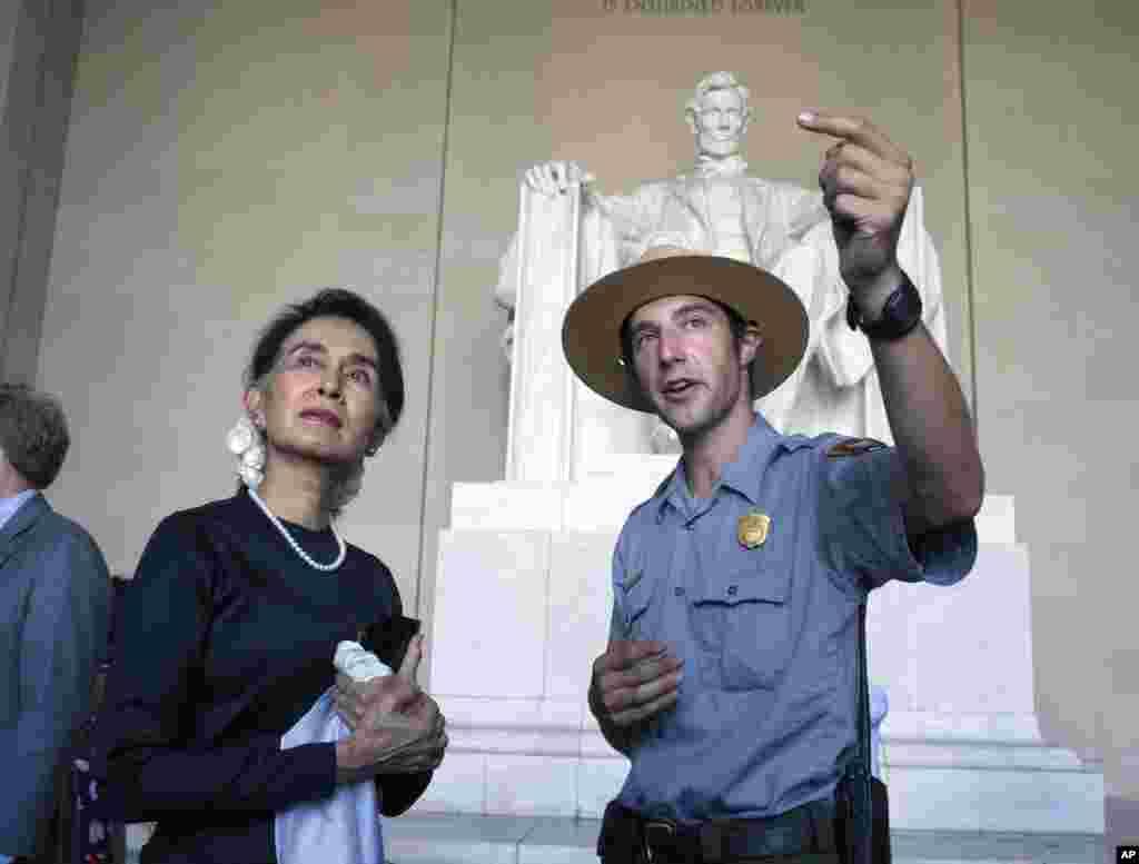 លោកស្រីអង់សាន ស៊ូជី ធ្វើដំណើរទស្សនកិច្ចនៅឯកន្លែងរំឮកវិញ្ញាណក្ខន្ធ Lincoln Memorial ជាមួយនឹងមន្រ្តីគ្រប់គ្រងឧទ្យាន National Park លោក Health Mitchell នៅរដ្ឋធានីវ៉ាស៊ីនតោន កាលពីថ្ងៃទី១៤ ខែកញ្ញា ឆ្នាំ២០១៦។