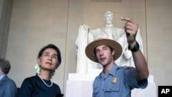 Pemimpin de facto Myanmar, Aung San Suu Kyi, saat melakukan kunjungan ke Lincoln Memorial didampingi oleh petugas Taman National Heath Mitchell di Washington, 14 September 2016. (AP Photo/Cliff Owen)