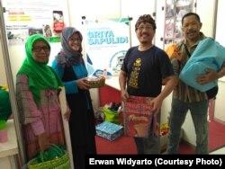 Erwan Widyarto (kaos hitam) bersama aktivis Bank Sampah Griya Sapu Lidi dalam sebuah pameran. (Courtesy Photo: Erwan Widyarto