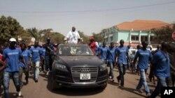 Candidato presidencial Serifo Nhamadjo percorre ruas da capital no último dia da campanha.