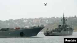 Kapal Angkatan Laut Rusia memblokir pintu masuk menuju pelabuhan Sevastopol, Krimea (7/3).