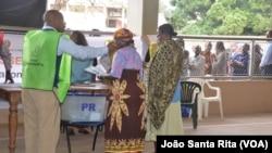 Senhoras votam na Escola Secundária da Polana, Maputo, Moçambique. Outubro 15, 2014