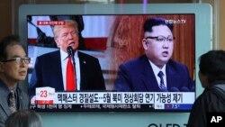 Un pantalla de TV muestra al líder norcoreano, Kim Jong Un (derecha) y al presidente de EE.UU., Donald Trump, durante un programa de noticias en la estación de trenes de Seúl, Corea del Sur, el sábado, 17 de marzo, de 2018.