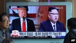 Un écran de télévision montre le dirigeant nord-coréen Kim Jong Un, à droite, et le président américain Donald Trump lors d'un programme d'information à la gare de Séoul, Corée du Sud, 17 mars 2018.
