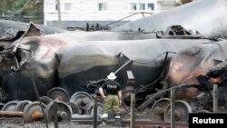 Reruntuhan gerbong kereta api yang keluar dari relnya di Lac-Megantic, Kanada Juli tahun lalu (foto: dok).