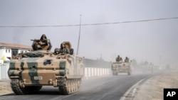 Des chars et des véhicules blindés de l'armée turque se déplacent vers la frontière syrienne dans Karkamış, Turquie, 25 août 2016.