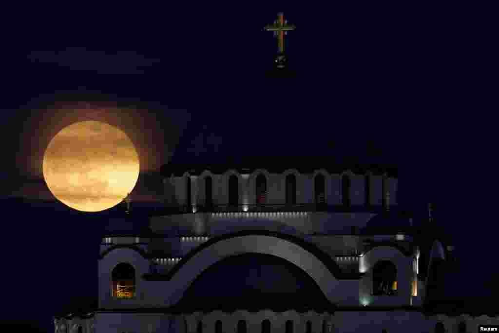 Dünyanın yarısında, ay dünyanın ya tamamen ya da bir bölümünün gölgesinde kalacak. (Arşiv: Sırbistan Beldrad'ta ay tutulması)