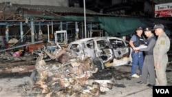 Pasukan keamanan Thailand memeriksa lokasi ledakan bom di kota Sungai Kolok, propinsi Narathiwat, Jumat (16/9).