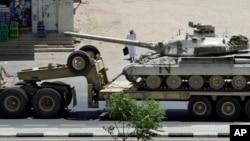 4月23日,在沙特和也門連接的邊境上,一名沙特男子觀看軍方的坦克調動。