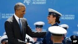 Tổng thống Barack Obama chúc mừng tân khoa Ellis Anne Field tại lễ tốt nghiệp sĩ quan Học viện Không quân Mỹ ở Colorado, 2/6/2016.