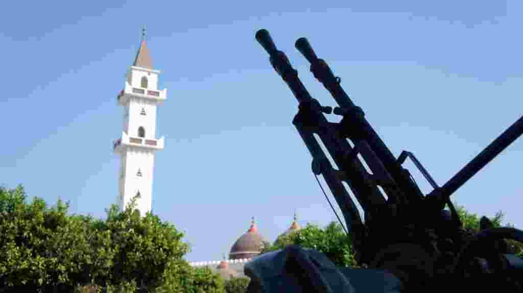 سلاح های سنگين رزمندگان در نزديکی مسجدی در طرابلس