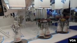 RD-180(中)火箭引擎家族模型。2013年8月莫斯科航展。