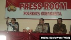 Kepala BNPT Tito Karnavian, Kapolri Jendral Badrodin Haiti, dan Walikota Solo Hadi Rudyatmo. Surakarta, Jawa Tengah (foto: Y. Satriawan/VOA)