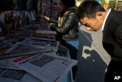 中国人在报刊亭浏览。中国印刷业发达,报刊众多