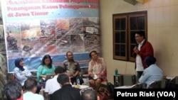 Diskusi Publik Peringatan Hari HAM di kantor KontraS Surabaya menuntut negara hadir dalam kasus pelanggaran HAM, 10 Des 2014 (VOA/Petrus)