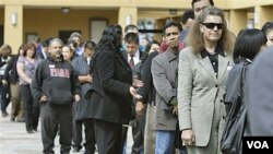 Para pencari kerja warga AS antri menghadiri bursa kerja di San Jose, negara bagian California (foto: dok.).