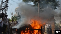 Saldırı sonrası kilise önünde gösteri yapan Pakistanlı Hristiyanlar