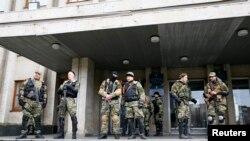 親俄羅斯的武裝分子4月14日站在烏克蘭東部的斯洛文斯克的市長辦公室外