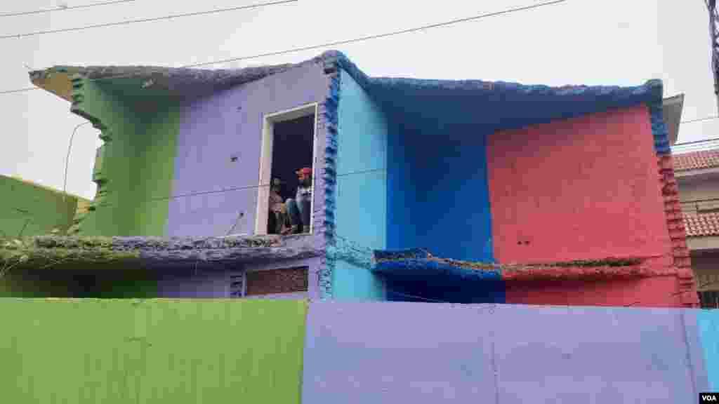 گھروں پر کیے جانے والے رنگوں میں زیادہ تر شوق و چنچل سمجھے جانے والے رنگوں سے رنگ کیا گیا ہے۔