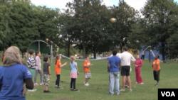 伦敦东区青少年在当地公园尝试奥运项目