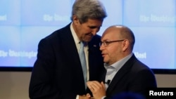 Госсекретарь Джон Керри приветствует журналиста Джейсона Резаяна на церемонии открытия нового офиса газеты «Вашингтон пост». Вашингтон. 28 января 2016 г.