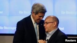 Wartawan Washington Post Jason Rezaian (kanan) disambut oleh Menteri Luar Negeri AS John Kerry saat pembukaan newsroom Washington Post di Washington, 28 Januari 2016.