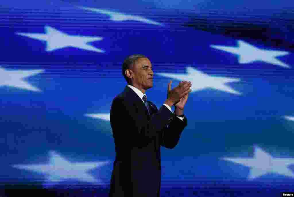 Le président Obama répondant aux applaudissements à Charlotte REUTERS/Jessica Rinaldi (UNITED STATES - Tags: POLITICS ELECTIONS)