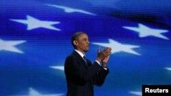صدارتی انتخاب کے لیے دوبارہ اُمیدوار نامزد ہونے پر صدر اوباما پارٹی کارکنوں کی تالیوں کا جواب دیتے ہوئے