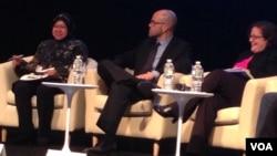 """Walikota Surabaya, Tri Rismaharini (kiri) tampil sebagai salah satu pembicara pada seminar bertema """"Kota dan Warga: Tokoh Pembawa Perubahan untuk Pembangunan yang Inklusif"""" di Washington DC, Kamis 9/10 (foto: VOA/Made Yoni)."""