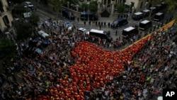 Lính cứu hỏa tham gia biểu tình bên ngoài tòa nhà của chính phủ Tây Ban Nha trong ngày đìn công ở Barcelona, hôm 3/10/2017.