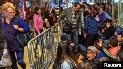 Para pembeli antre di depan gerai Apple di Grand Central, New York, Kamis (19/9).