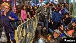 顾客在纽约的苹果专卖店外排队买新型iPhone,其中有华人面孔。
